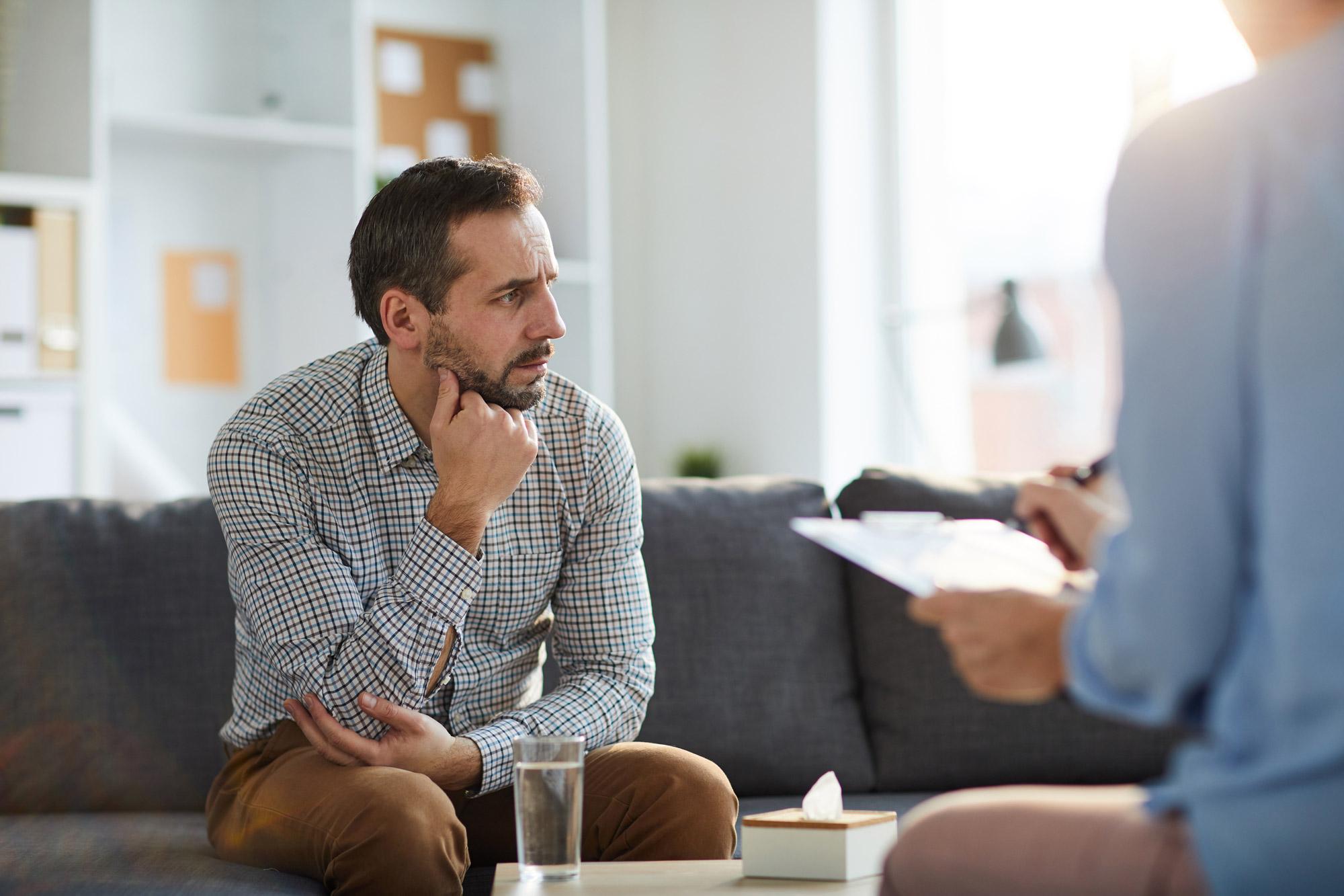 homme aidant une femme à surmonter la dépression