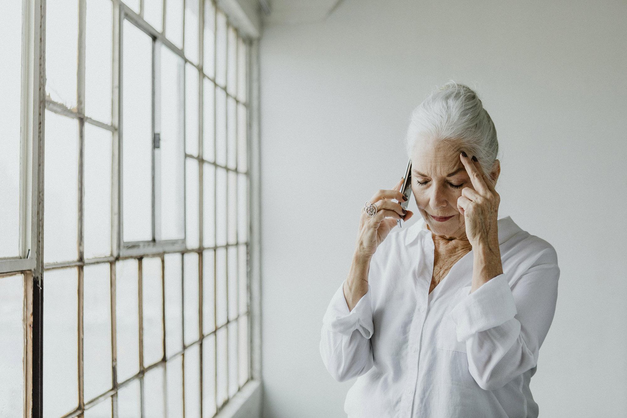 vieille femme recevant une thérapie comportementale pour un deuil compliqué