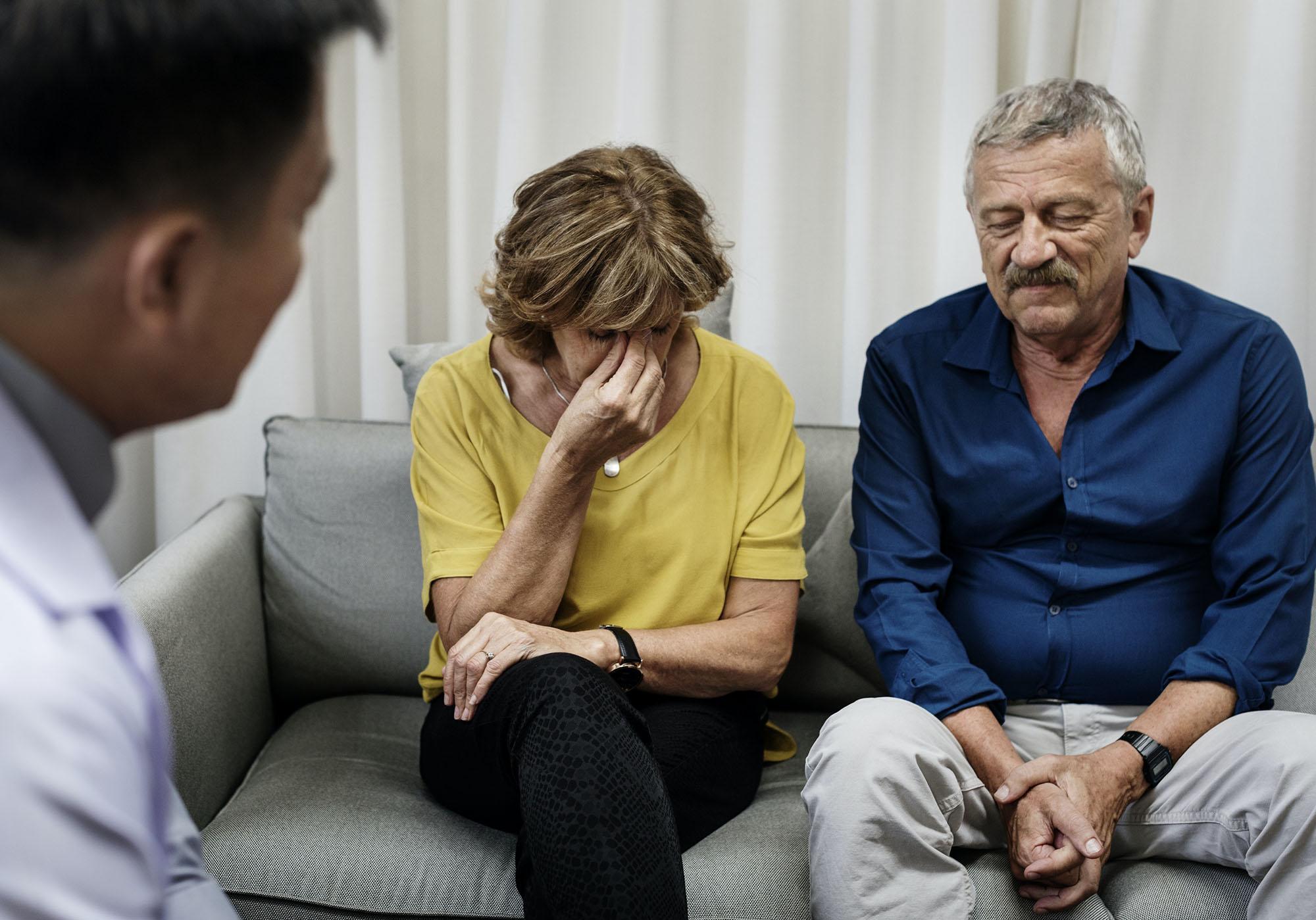 Un couple obtient l'aide d'un thérapeute pour surmonter son chagrin