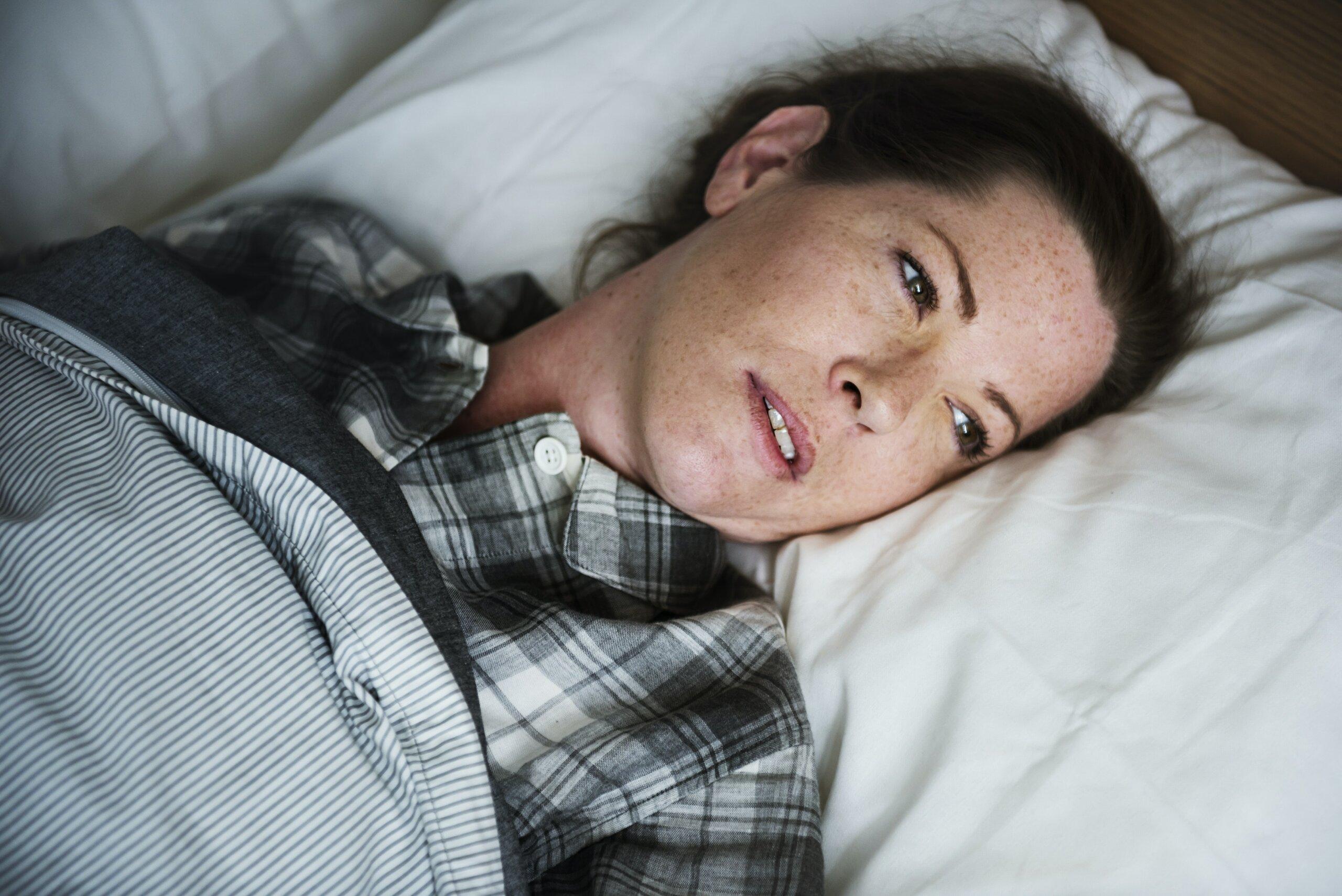 femme au lit souffrant d'anxiété