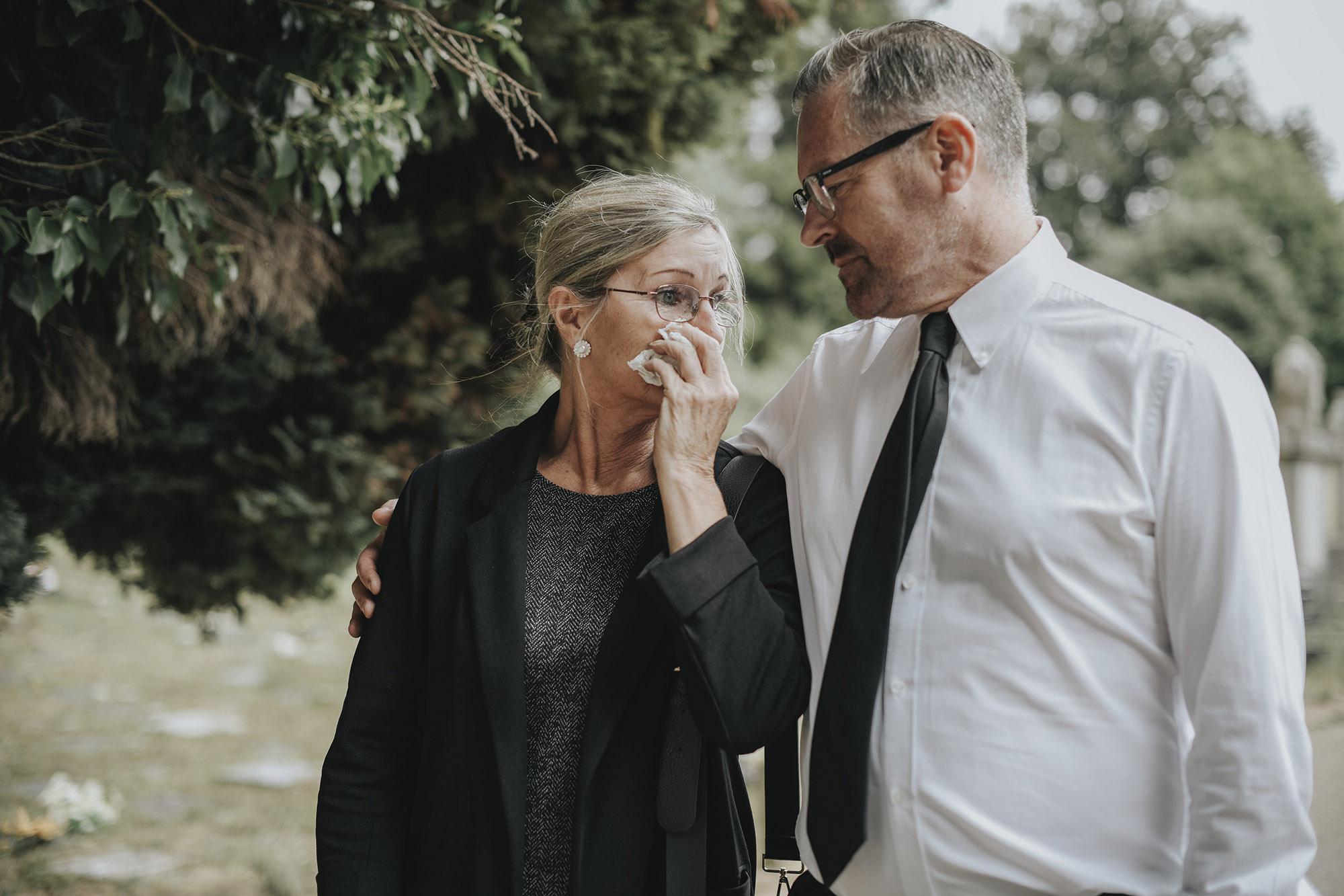 couple d'âge moyen après les funérailles de la perte