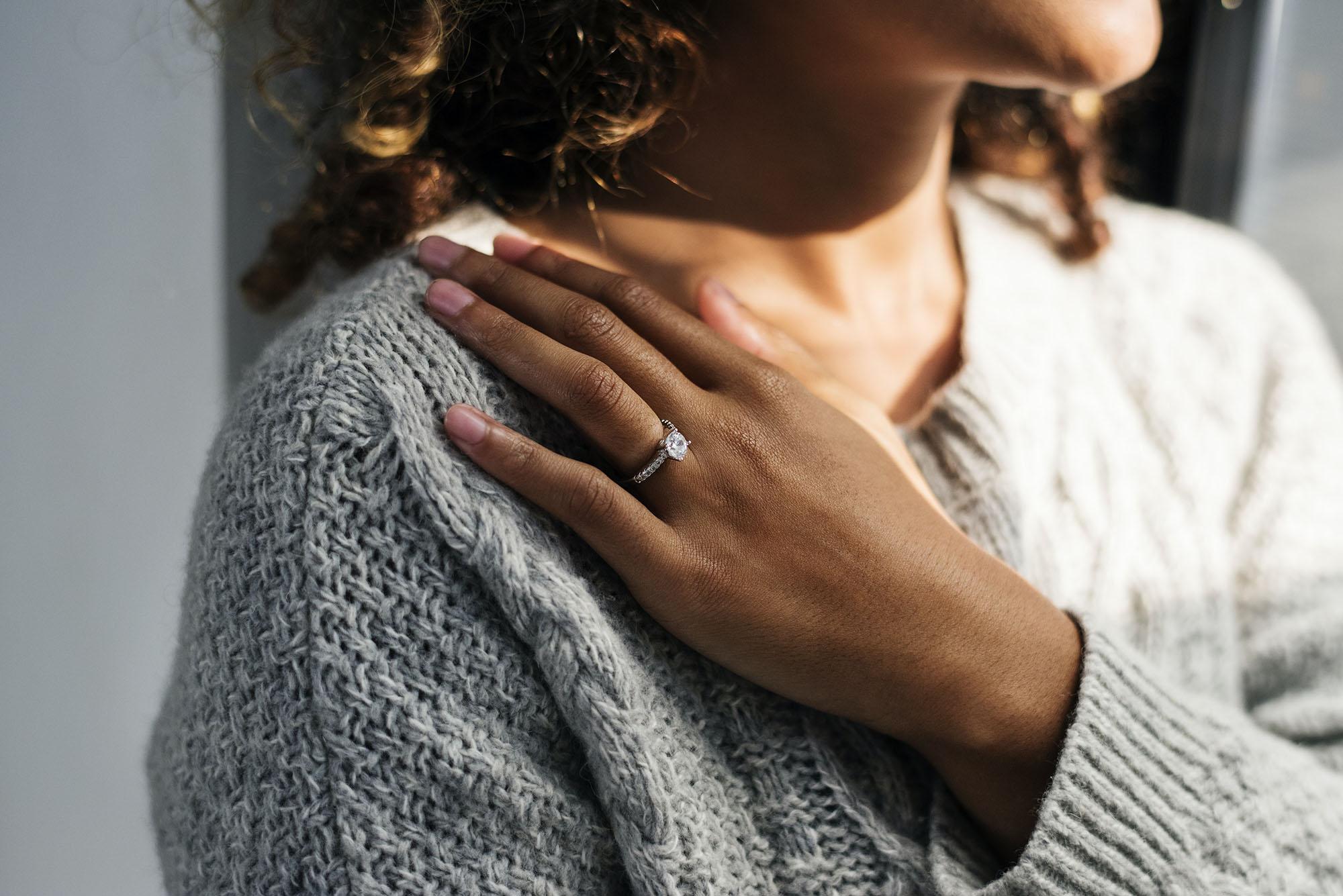 Femme mariée aux prises avec des facteurs de stress liés à la parentalité