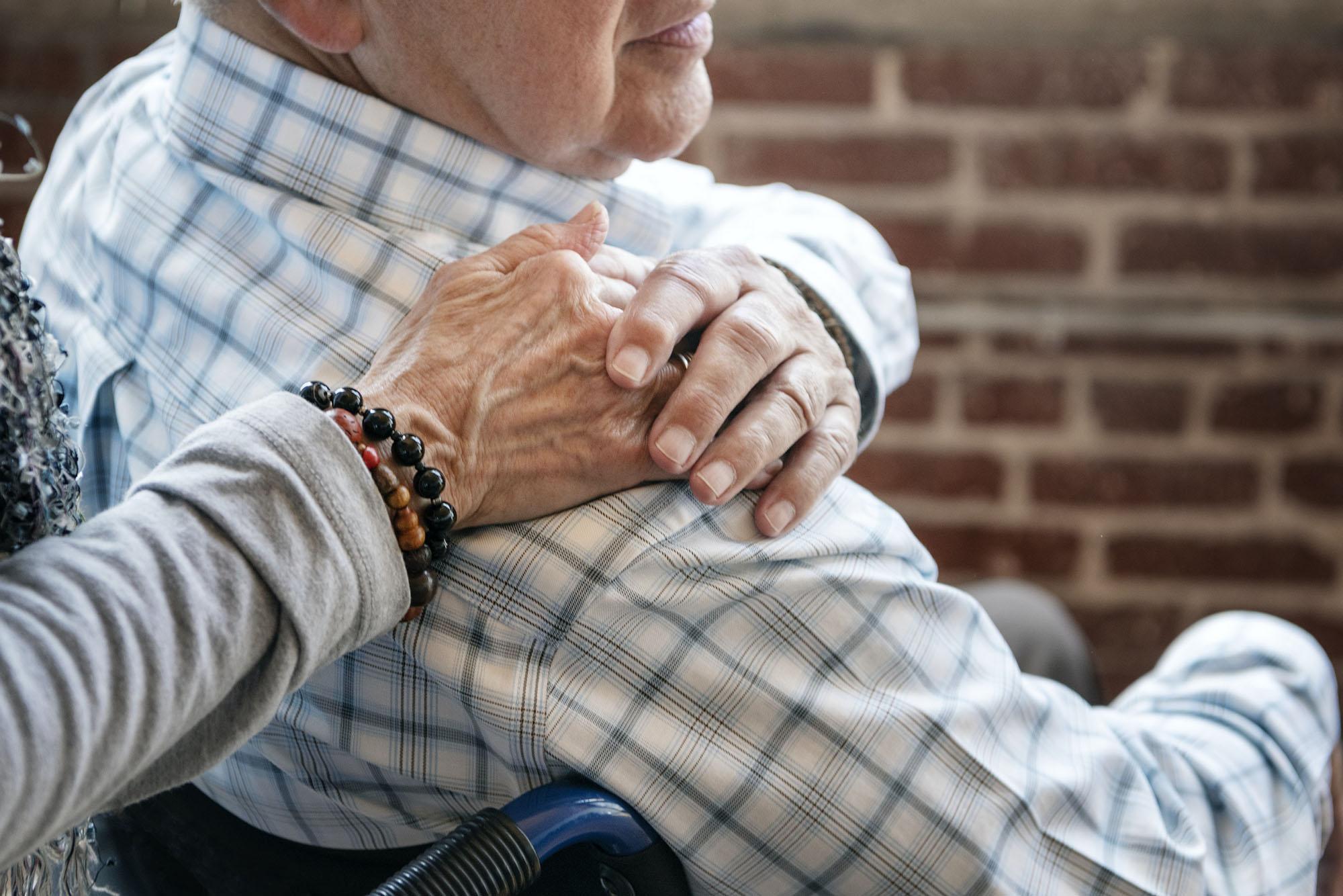 un vieux couple a besoin d'aide pour changer le traumatisme