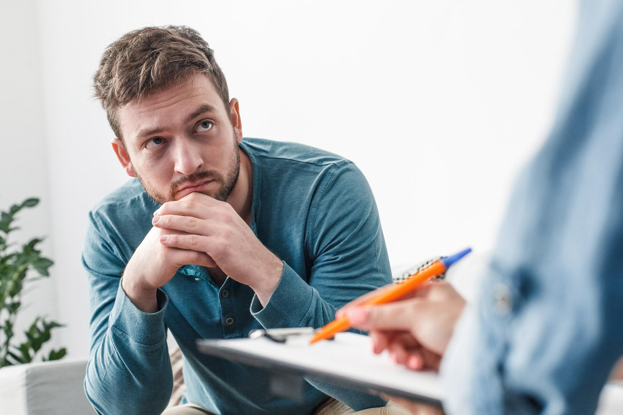 homme recevant de l'aide pour identifier l'anxiété