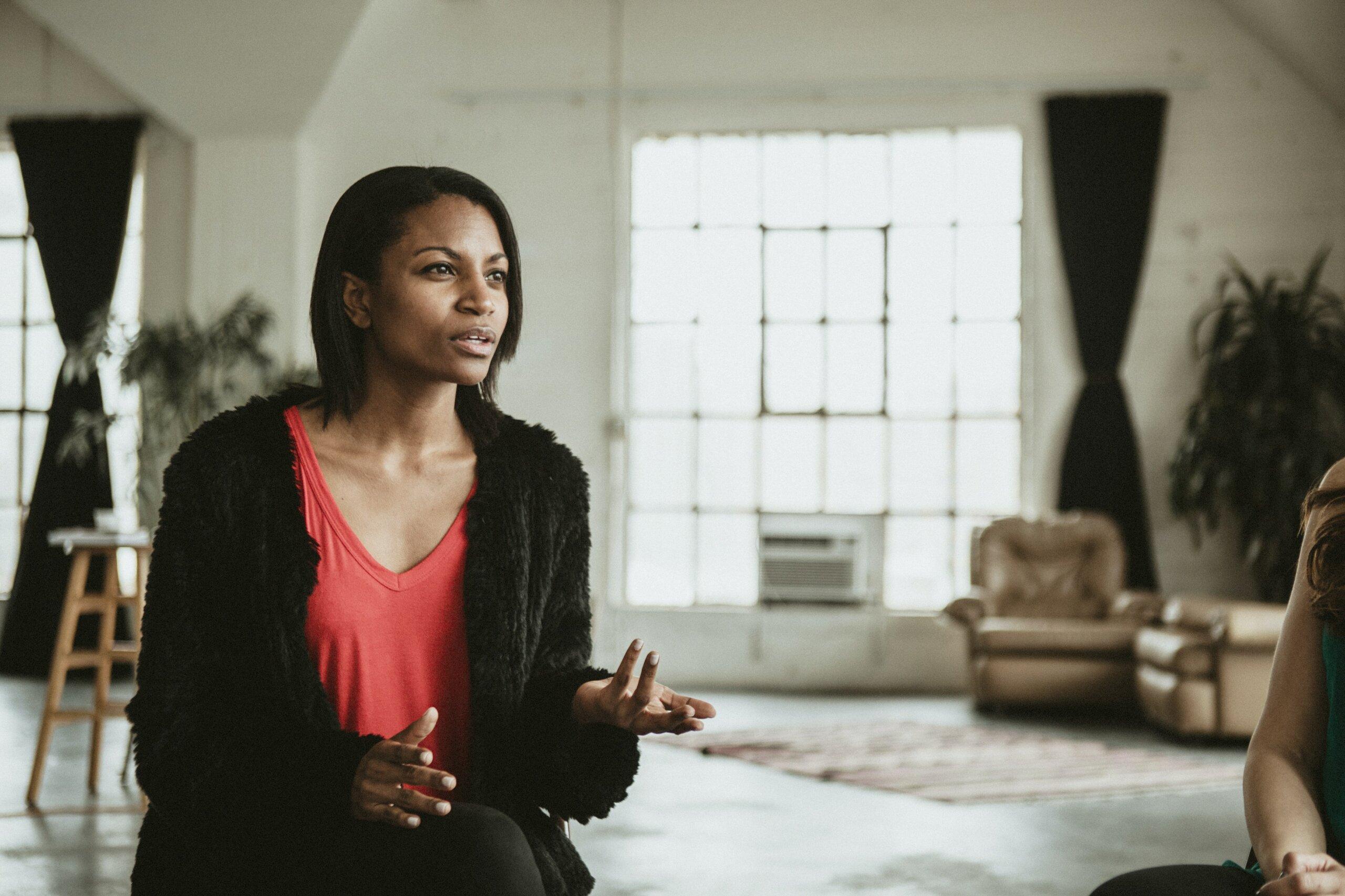 femme parlant avec un spécialiste en psychothérapie
