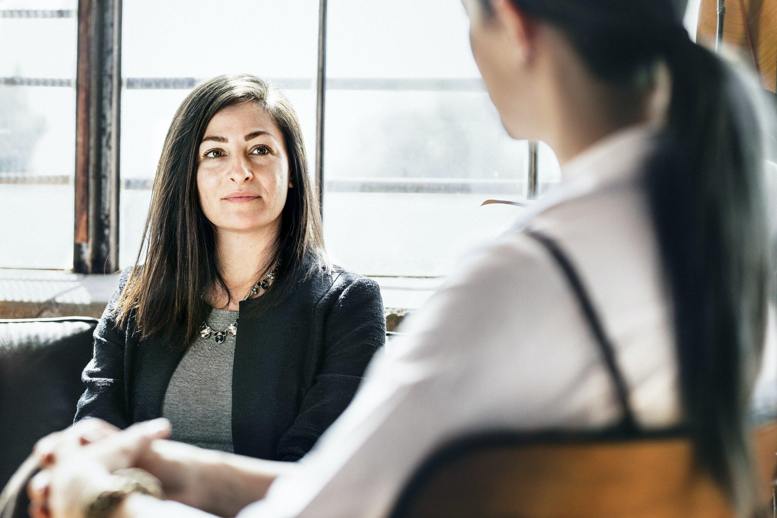 femme parlant à un thérapeute pour obtenir de l'aide